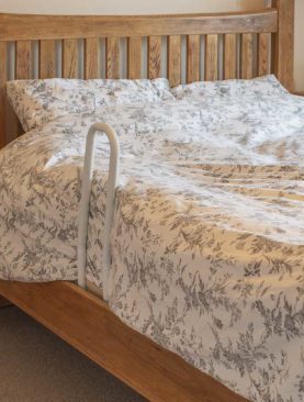 Skládací madlo k posteli